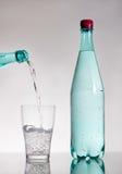 Gietend mineraalwater royalty-vrije stock afbeelding