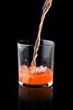 Gietend sap in een glas Stock Foto