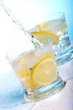 Gietend water in cocktails Royalty-vrije Stock Afbeelding