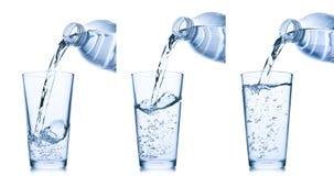 Gietend water in glas Royalty-vrije Stock Foto's