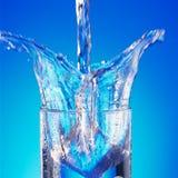 Gietend water in glas Royalty-vrije Stock Afbeeldingen