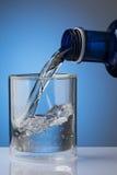 Gietend water in glas Stock Afbeeldingen