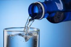 Gietend water in glas Stock Foto's