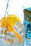 Gietend water in glazen met ijs Royalty-vrije Stock Afbeeldingen