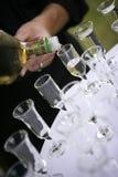 Gietende alcohol in glazen Royalty-vrije Stock Afbeeldingen