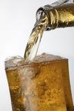 Gietende Apple-Cider van een fles Stock Foto's