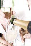 Gietende champagne Stock Afbeeldingen