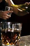 Gietende champagne Stock Fotografie
