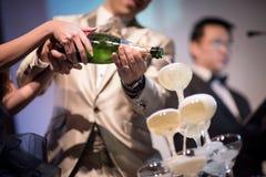 Gietende champagne in glazen Royalty-vrije Stock Foto