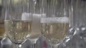 Gietende champagne in het glas stock videobeelden