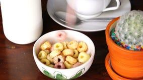 Gietende Froot-Lijnen aan een witte kom voor ontbijt stock video