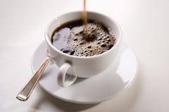 Gietende koffie Stock Foto