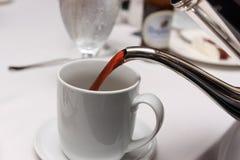 Gietende koffie Stock Afbeelding