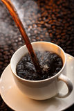 Gietende koffie Stock Foto's