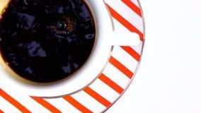 Gietende koffie in een kop stock video