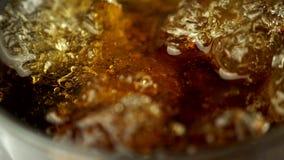 Gietende kola in ijs - close-up stock videobeelden