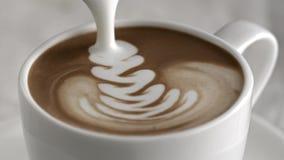 Gietende latte cappuccinokop in langzame motie stock video