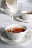 Gietende melk. Stock Foto's