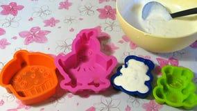 Gietende Melk Jelly Into Molds