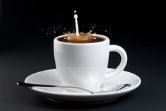 Gietende melk in koffie Royalty-vrije Stock Afbeelding