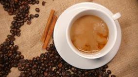 Gietende melk in koffie stock footage