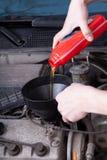 Gietende motorolie stock afbeeldingen