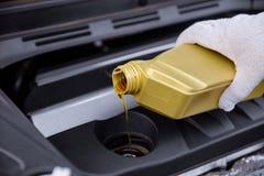 Gietende motorolie in een motor van een auto royalty-vrije stock afbeelding