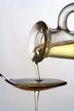 Gietende olijfolie Stock Afbeeldingen