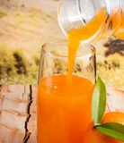 Gietende Oranje Juice Means Healthy Eating And-Dranken stock fotografie