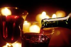 Gietende rode wijn Stock Foto's