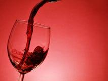 Gietende rode wijn Stock Foto