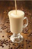 Gietende romige koffiemilkshake Stock Afbeeldingen