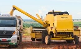 Gietende sojabonen op vrachtwagen na de oogst royalty-vrije stock foto