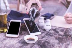Gietende sojasaus in koffie Smartphone-lege ruimte van het verstand de zwarte scherm op een achtergrond royalty-vrije stock foto's