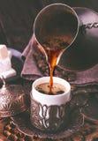 Gietende Turkse Koffie Stock Afbeeldingen