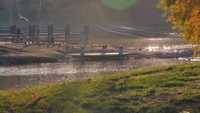 Gietende vislijn weg van pijler bij zonsondergang stock footage