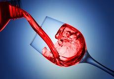 Gietende vloeistof in de drinkbeker stock afbeeldingen