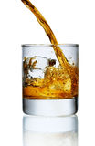Gietende whisky in glas Royalty-vrije Stock Afbeelding