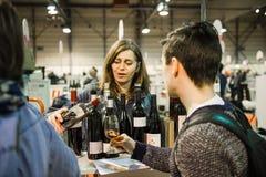 Gietende wijn bij Franse wijn bij de Vignerons-onafhankelijke Stock Afbeelding