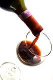 Gietende wijn in een glas Stock Afbeelding