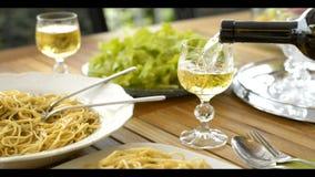 Gietende wijn in glas stock videobeelden