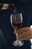 Gietende wijn in glas Royalty-vrije Stock Foto