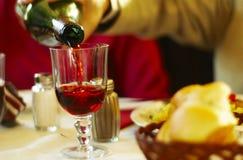 Gietende Wijn met de Gele Tint van het Diner Royalty-vrije Stock Foto