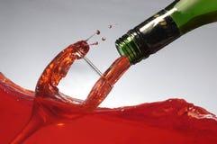Gietende wijn op wijn Stock Foto