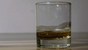 Gietende wisky in whyisky glas in 60 slowmotion fps stock videobeelden
