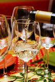 Gietende witte wijn Stock Foto