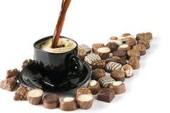 Gietende zwarte koffie en snoepjes. Stock Afbeelding