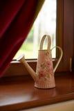 Gieter door venster Stock Fotografie