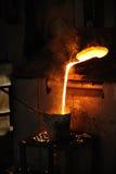 Gieterij - Gesmolten metaal dat van draaibank wordt gegoten royalty-vrije stock afbeelding
