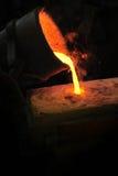 Gieterij - gesmolten metaal dat van gietlepel in moul wordt gegoten stock afbeelding